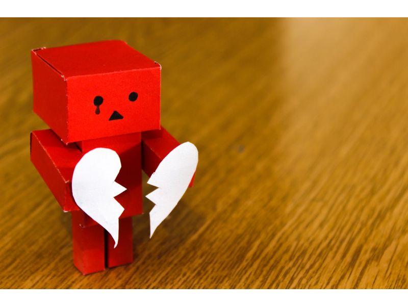 ロボットが割れたハートを持って泣いている写真