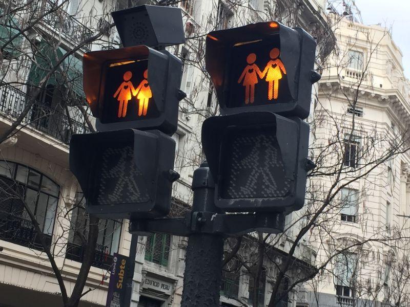 信号機に女性同士の絵が描かれて点灯している写真