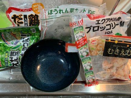 茶碗蒸し用のどんぶりと。茶碗蒸しの具材を準備した画像