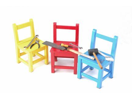 木の椅子の上に工具が置かれている写真