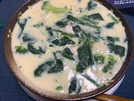 ブロッコリー、椎茸、里芋、ほうれん草、鶏肉が入った茶碗蒸しの写真