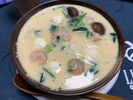 ブロッコリー、ほうれん草、椎茸、エビ、鶏肉、チーズが入った茶碗蒸しの写真