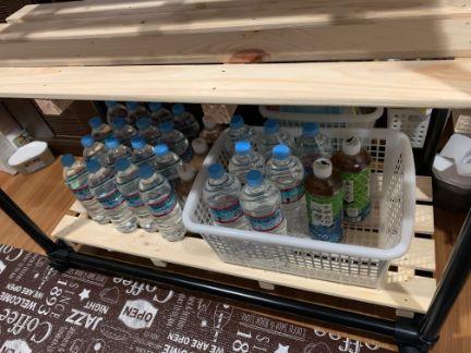 スチールパイプラックへペットボトルを並べた写真