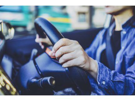 車を運転する手元の写真