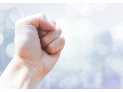 拳を握りしめた写真