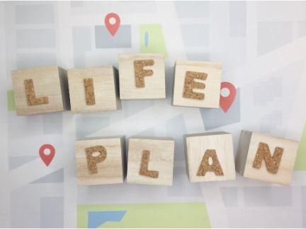 LIFE PLANの1文字ずつ木に書かれた写真
