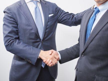 握手する男性の写真