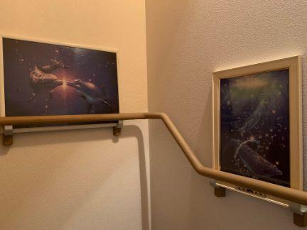 自宅の階段手摺に、ラッセンのジグソーパズルを飾っている写真