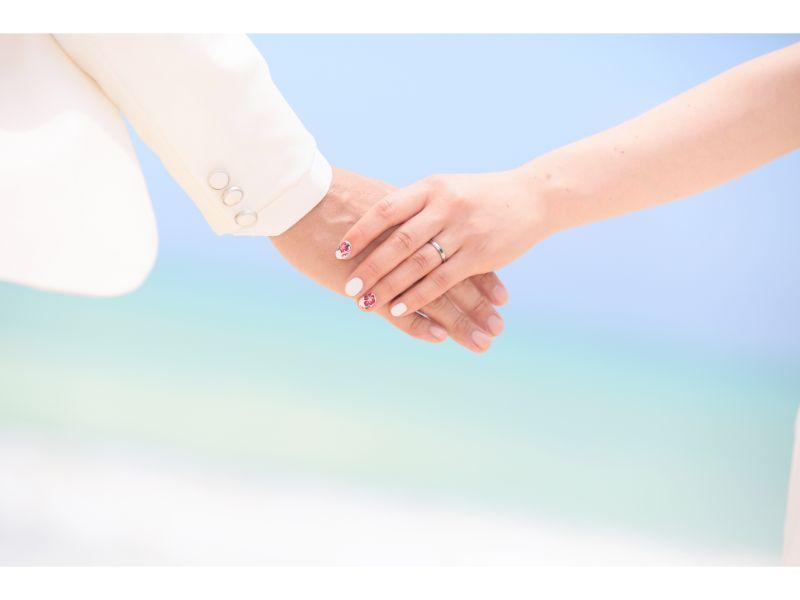 男女が手を繋いている写真