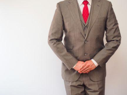 スーツ姿でお辞儀する男性の写真