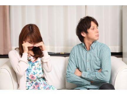 泣いている女性とそっぽを向く男性の写真