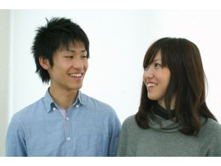笑顔で会話する男女の写真