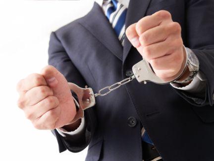 男性が逮捕されている写真