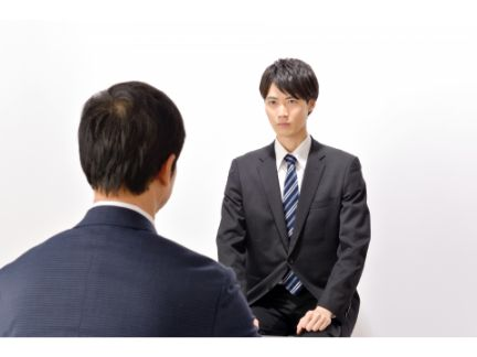 男性面接官と男性応募者の面接風景