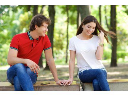 ベンチで話をしている男女の写真