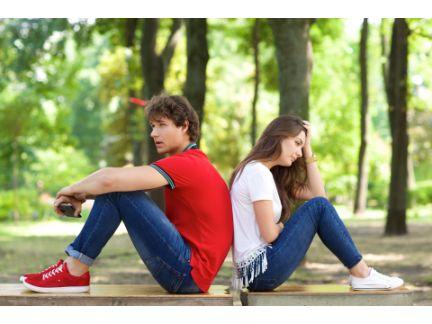 背中合わせに座るカップル