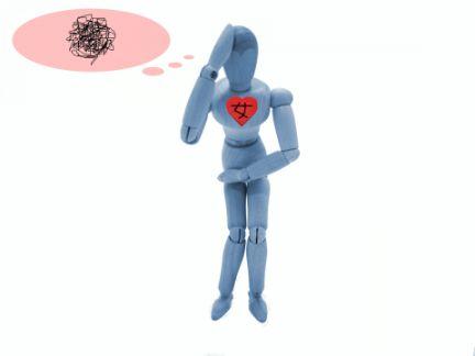 男性の人形が心は女性であることに悩んでいる写真