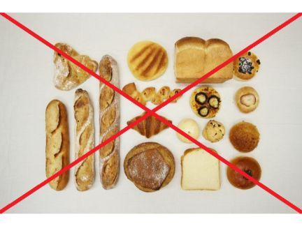 様々なパンの上に×印