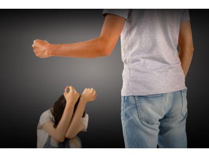 子供を叱る男性の写真