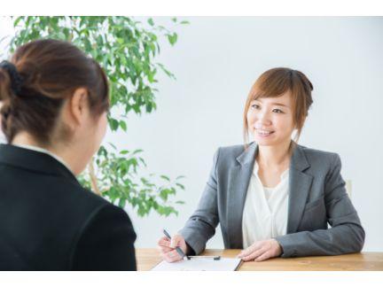 女性の面接官と、女性の応募者による面接の風景