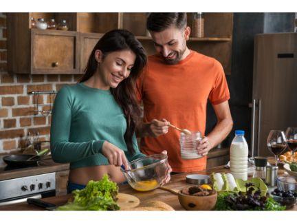 料理するカップルの写真