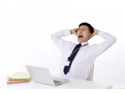 男性が仕事中に嘆いている写真