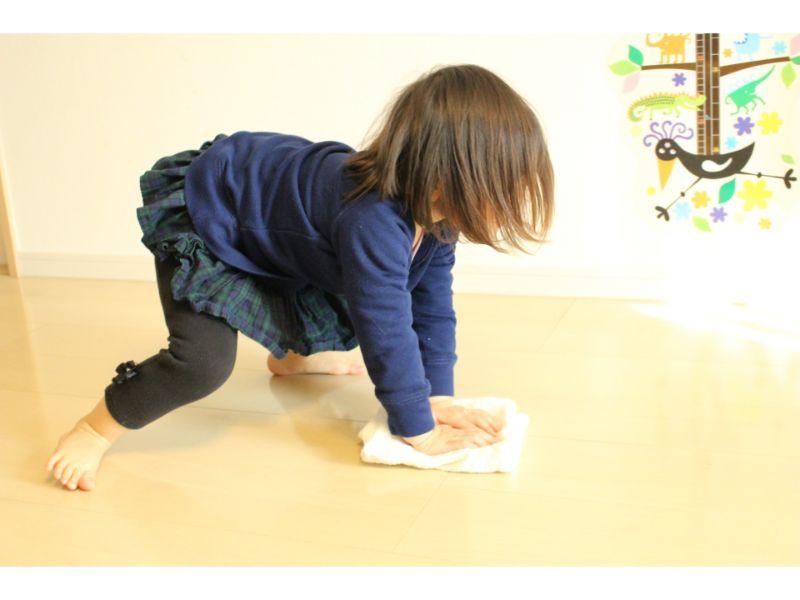 床を雑巾がけする子供の写真