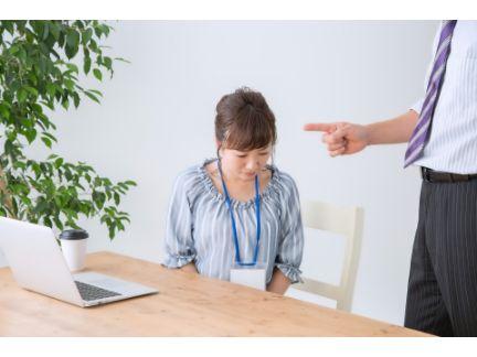 上司に怒られている女性の写真
