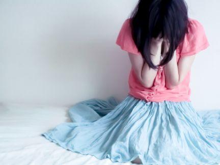 泣き崩れる女性の写真