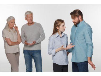 両親に反対されて話し合うカップルの写真