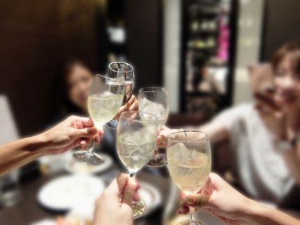 シャンパンで乾杯している写真