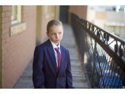 男性のスーツを着た女の子の写真