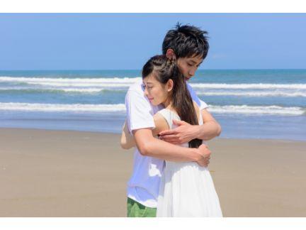 抱きしめ合うカップルの写真