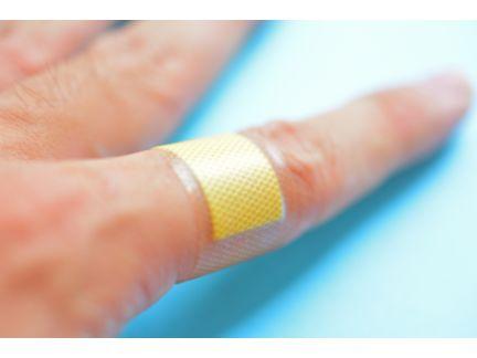 人差し指の切り傷に絆創膏を撒いた写真