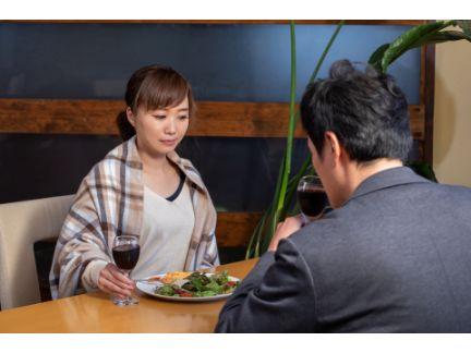 男女がレストランで食事をしている写真