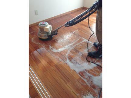 ポリッシャーで床掃除する写真