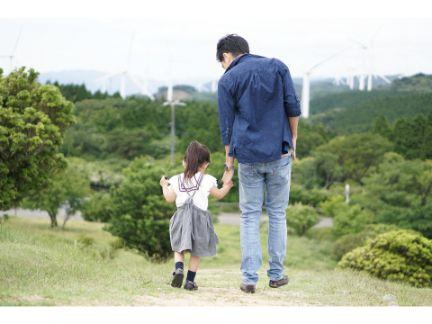 手をつなぐ子供と父親の後ろ姿の写真