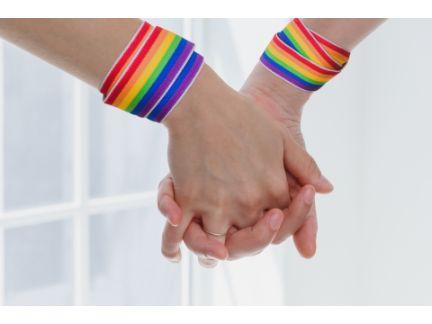 女性同士が手を繋いでいる手元の写真