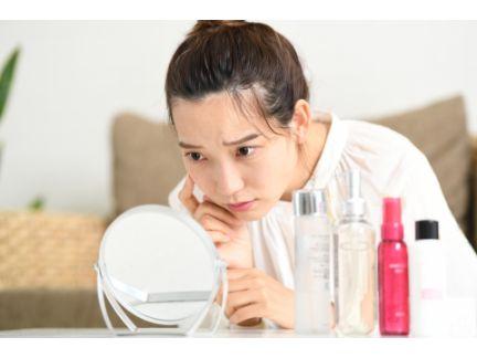 肌トラブルに悩む女性の写真