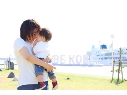 子供を抱っこする母親の写真