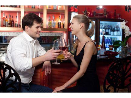バーで男女が向かい合って話している写真