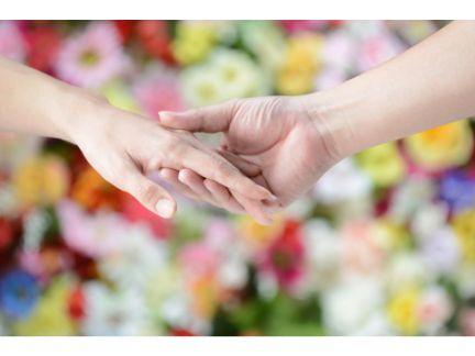 女性の手を引く男性の手元の写真