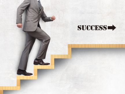 成功への階段を昇る男性の写真
