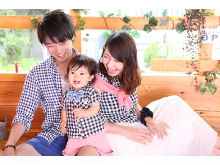 親子3人で笑っている写真