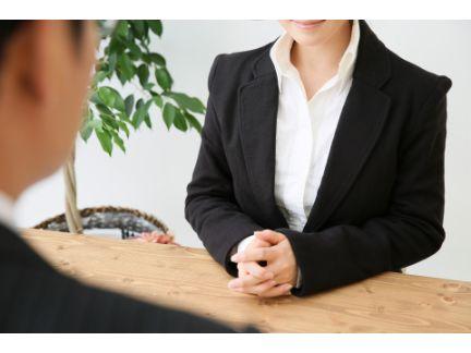 女性の相談を聞く男性の写真