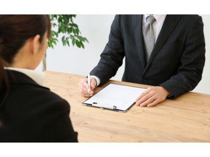 男性面接官と女性応募者の面接風景
