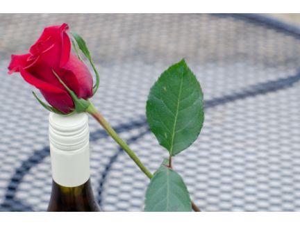 ワインとバラ1輪の写真