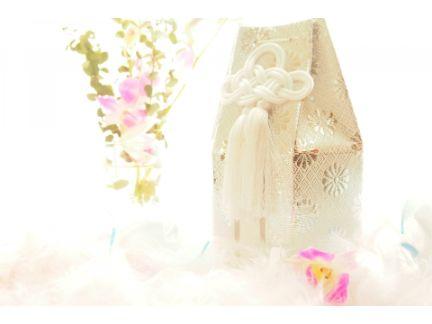 遺骨袋とお花の写真
