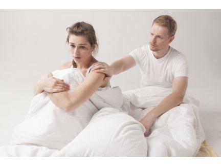 ベッドの上での喧嘩するカップルの写真