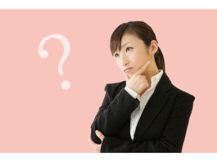 疑問に思っている女性の写真